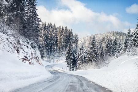Lege besneeuwde weg