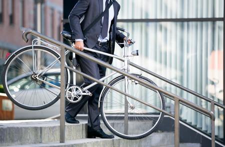 traje formal: hombre de negocios y su bicicleta, concepto bicicleta van a trabajar Foto de archivo