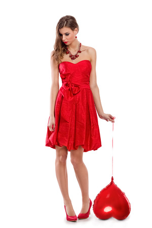 valentijn hart: eenzame trieste vrouw die rood valentijnskaarthart Stockfoto