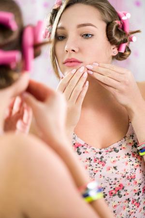 jolie fille: Jeune adolescente avec le probl�me de l'acn� dans salle de bain Banque d'images