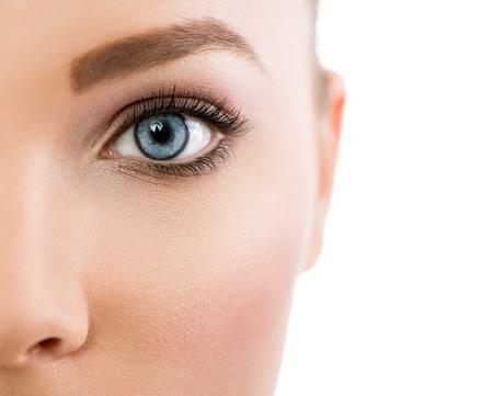 닫기 여성 아름 다운 푸른 눈의 최대