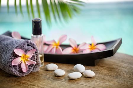 masajes relajacion: Configuraci�n del balneario de Bali, frangipani rosa con aceite de aromaterapia Foto de archivo