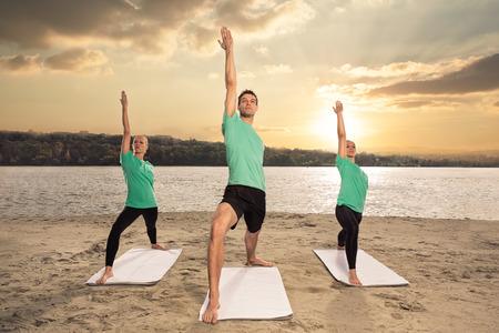 mujeres fitness: grupo de personas que hacen ejercicio