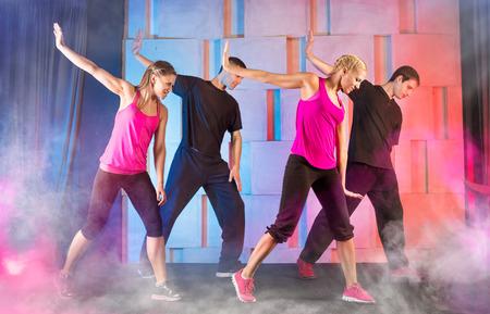chicas bailando: Grupo de jóvenes que practican la danza de la aptitud