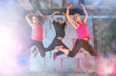 zumba: Grupo de jóvenes saltando en la música