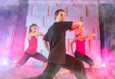 zumba: Los j�venes que practican zumba clase sh`bam baile