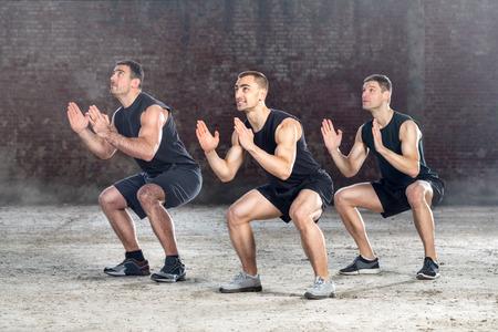 expresion corporal: tres hombres j�venes sanos que ejercen Foto de archivo