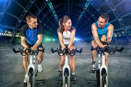 ciclismo: Los jóvenes haciendo girar en bicicleta de ciclo Foto de archivo