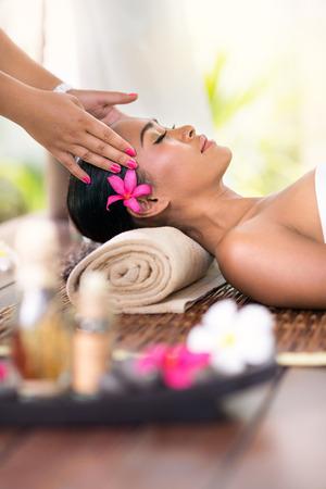 masajes relajacion: mujer joven que recibe masaje de cabeza en el ambiente del balneario