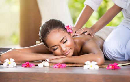 masaje: Sonriente mujer disfrutando de un masaje, masaje de espalda