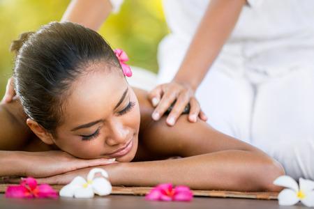 massage: Femme ayant massage balinais dans le salon de spa, en plein air