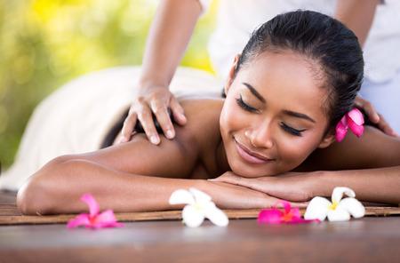 Junge Frau bekommt eine Massage mit geschlossenen Augen Standard-Bild - 39138679