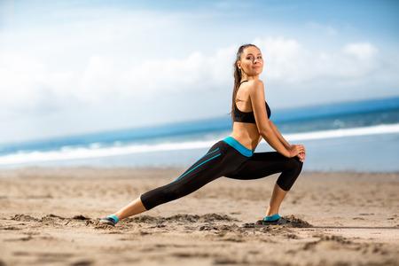 Schoonheid op het strand doen van oefeningen, fitness concept Stockfoto