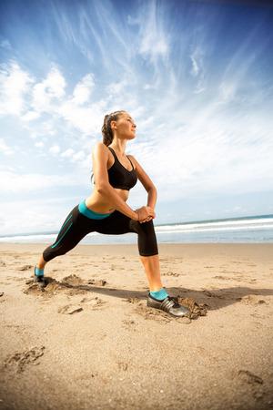 피트니스 건강한 라이프 스타일, 스포티 한 젊은 여성이 해변에서 운동