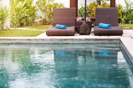スイミング プールとサンベッド、トロピカル リゾートの澄んだ青い水