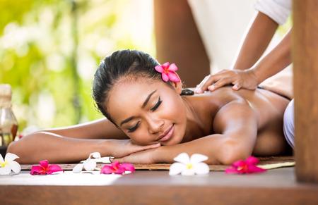 Mujer que tiene masaje de relajación en salón del balneario de Asia Foto de archivo