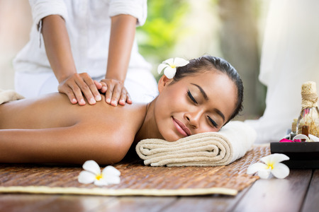Spa massage buitenzwembad, Balinese vrouw die rug massage