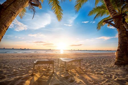 vacaciones en la playa: romántica playa tropical en la puesta del sol, el paraíso para dos