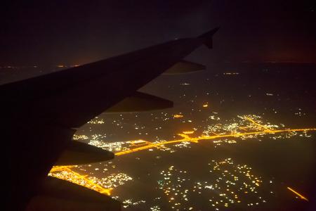 flucht: schönen Lichter der Stadt in der Nacht Blick aus dem Flugzeug