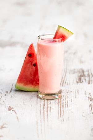 Glas watermeloen smoothie op een houten tafel Stockfoto