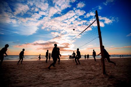 Beachvolleybal silhouet bij zonsondergang Stockfoto