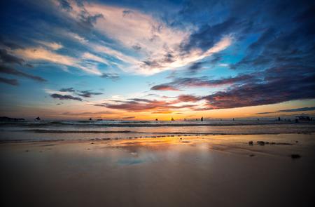 clima tropical: Hermosa puesta de sol en la playa tropical, Filipinas