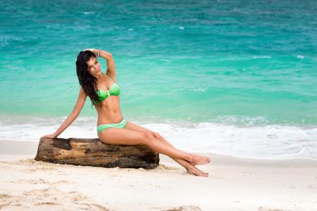 petite fille maillot de bain: Healthy jeune femme bronzée profiter au soleil.
