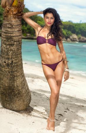 Vrouw zonnebaden in een bikini op tropische vakantie resort, mooie jonge bikini model Stockfoto