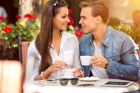 Pareja en el café disfrutando del gasto tiempo con los demás Foto de archivo - 42200197