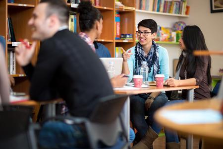 Gruppo di giovani allievi che hanno divertimento dopo le lezioni Archivio Fotografico - 43804670