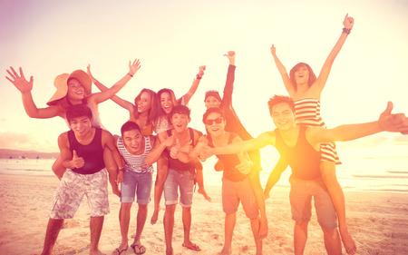 gelukkige mensen op het strand, zomer, vakantie, Stockfoto