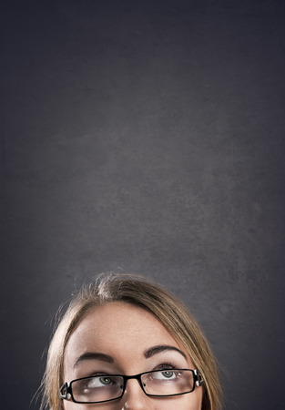 niña pensando: La chica joven con gafas de pensar Foto de archivo