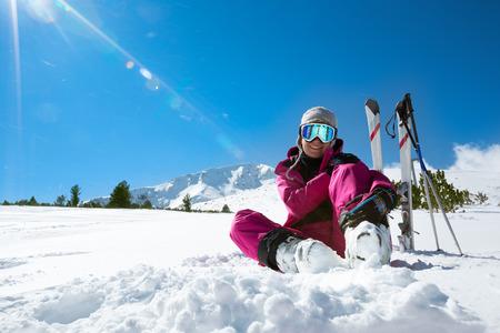 스키 슬로프에서 쉬고 여성 스키어