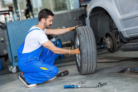 mecanico: mecánico eliminando volante de un coche en un taller