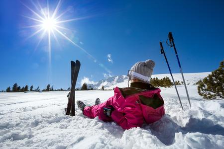 dia soleado: Esquiador de la mujer disfrutar en invierno soleado día, de vacaciones y relajarse