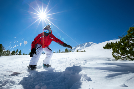 맑은 겨울 날에 남자 스노우 보드