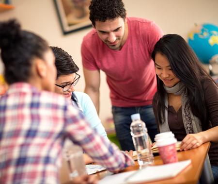 socializando: Colegas de socialización y estudian juntos en el aula Foto de archivo