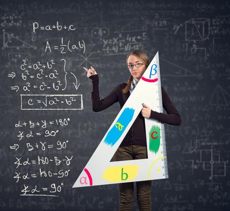 teorema: estudiante con un gran gobernante señalando a teorema de Pitágoras en la pizarra