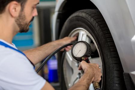 check holding pressure gauge for car tyre pressure measurement Standard-Bild