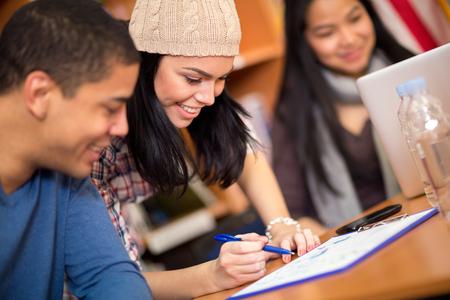 jovenes estudiantes: Los compañeros de clase de escritura de su tarea después de clase Foto de archivo