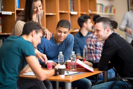 juventud: Pocos amigos de socialización y estudian juntos para el examen en la biblioteca