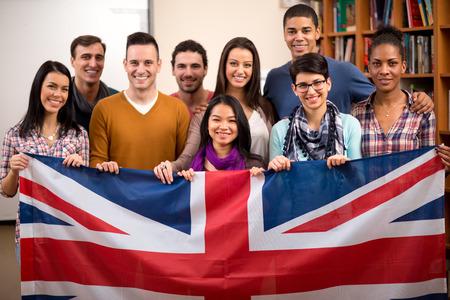 adolescentes estudiando: Grupo de estudiantes británicos presenta su país y sostener la bandera