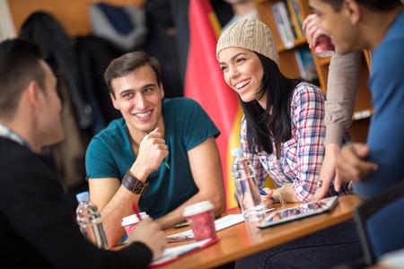 socializando: Grupo de estudiantes felices jóvenes socializar y divertirse Foto de archivo