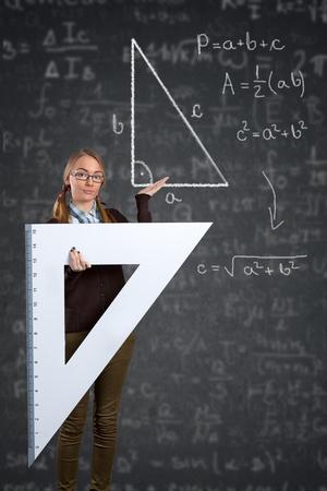 teorema: estudiante con un gran gobernante se�alando a teorema de Pit�goras en la pizarra