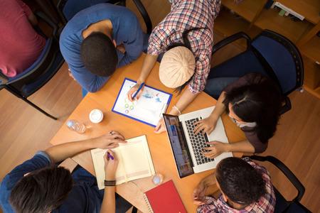 estudiantes: Vista superior de un grupo de compa�eros de trabajo en equipo