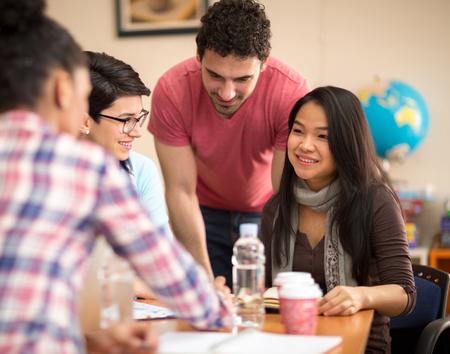 socializando: Estudiante asiático socializar con compañero de clase en el aula
