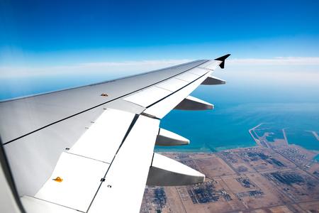 volar: Vista desde una ventana del avi�n de reacci�n del ala de un avi�n durante el aterrizaje Foto de archivo