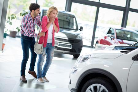 carro supermercado: mujer joven sorprendido por el nuevo coche, regalo para mi bella esposa