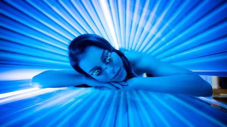 fille sexy: Attrayante jeune femme de bronzage en solarium et souriant.