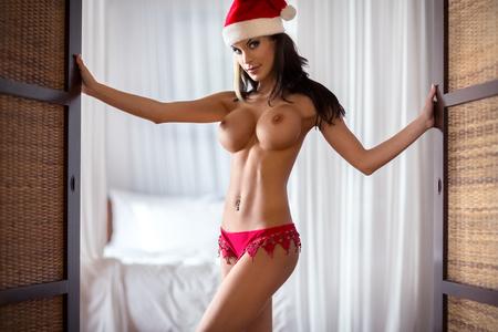 tetas: Mujer desnuda sensual en sexy señora traje de Santa Claus Foto de archivo